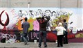 Pintando mural de calle Gaboto