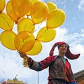 The owner of yellow balloons