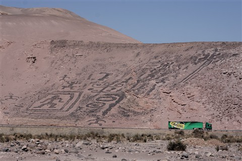 DSC07943 Chiza geoglyphs tower over beer truck on the modern Pan-American Highway 3k