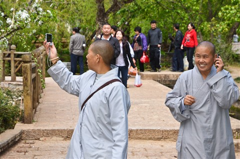 21st century monks - Phone and shoot like all !